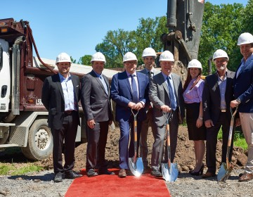 The first sod-turning of the prestigious residential project LL sur le Lac, an investment of nearly 100 million in Laval-sur-le-Lac.